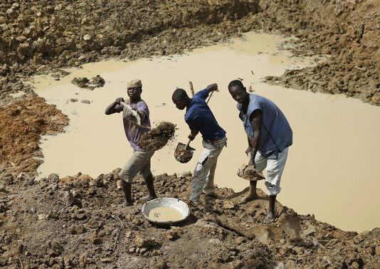 les artisans miniers dans un chantier